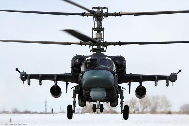 Ka-52 vẫn giữ pháo gắn ở phần trên và sáu giá treo vũ khí gắn trên cánh như Ka-50. Các vũ khí tấn công mặt đất của Ka-52 gồm: 12 tên lửa chống tăng 9K121 Vikhr có tầm bắn 8 km, khả năng xuyên giáp dày 900 mm; 80 rocket 80mm S-24; bom