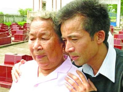 Cụu binh Lê Hữu Thảo cùng mẹ Hồ Thị Đức ôn lại chuyện cũ bên mộ anh hùng liệt sỹ Trần Văn Phương