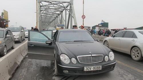 Chiếc Mercedes E240 bị cháy trên cầu Chương Dương ngày 16-2 mang biển số 30V-8088