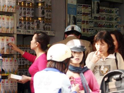 Cần có quy định yêu cầu nêu rõ thành phần trên nhãn mác các loại sữa             nhập khẩu để đảm bảo quyền lợi người tiêu dùng (Trong ảnh: Một cửa hàng bán sữa nhập ngoại trên phố Hàng Giấy, Hà Nội)