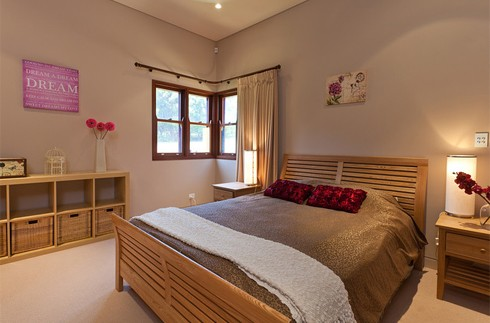 Dãy phòng ngủ chiếm trọn một gian của căn nhà, với 6 phòng tắm