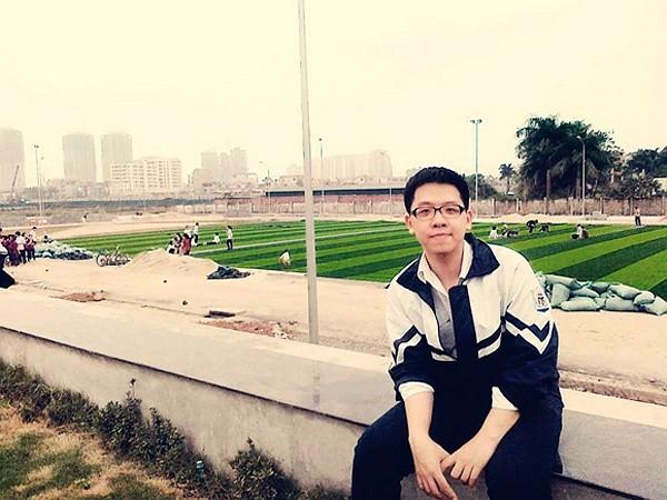 Sân bóng được trải cỏ nhân tạo sẽ thu hút các bạn nam sinh vào những hoạt động thể thao lành mạnh
