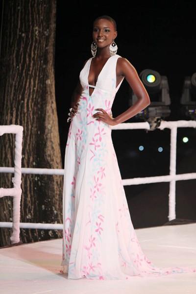 Người đẹp Sheniqua Francis mặc dù cạo trọc đầu nhưng vẫn lọt vào rất sâu tại cuộc thi Hoa hậu Hoàn vũ Trinidad and Tobago hồi năm ngoái và giành ngôi Á hậu 1. Rất nhiều người mong muốn cô sẽ đại diện cho đất nước này tại một cuộc thi nhan sắc quốc tế trong năm nay