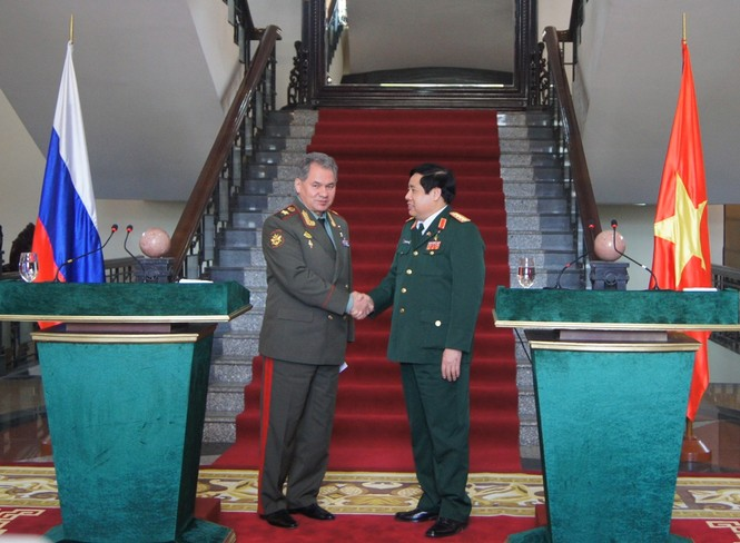 Hai Bộ trưởng bắt tay nhau sau cuộc họp báo