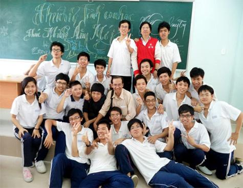Thầy giáo dạy Toán và các bạn trong lớp của Đạt