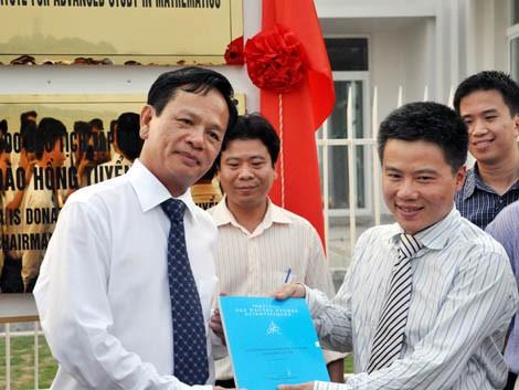 Ông Đào Hồng Tuyển và GS Ngô Bảo Châu