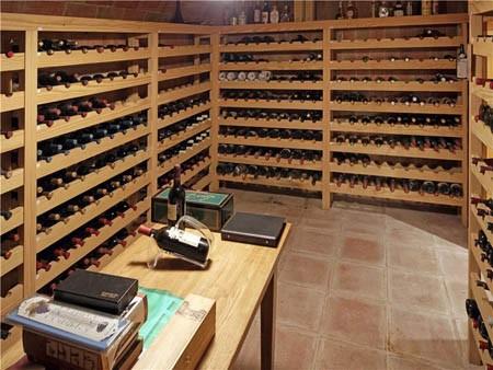 Hầm lớn chứa nhiều loại rượu vang quý hiếm