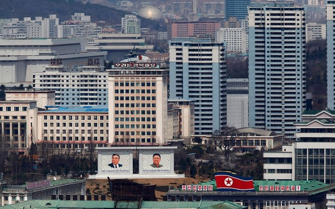 Chân dung hai cha con, hai nhà lãnh đạo, Kim Nhật Thành – Kim Jong Il được đặt trên cao tại trung tâm thủ đô.