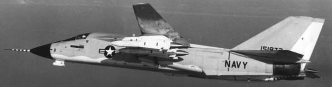 Máy bay tiêm kích phòng thủ hạm đội F-111B bản thử nghiệm mang tên lửa đối không tầm xa AIM-54A theo cấu hình tuần phòng đối không (ảnh sưu tầm)