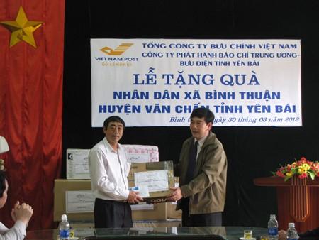 Ông Nguyễn Thành Công - Giám đốc Công ty phát hành báo chí Trung ương trao quà cho lãnh đạo xã Bình Thuận