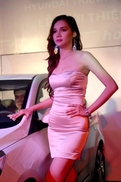 Kiều nữ thả dáng bên Hyundai Accent - ảnh 3
