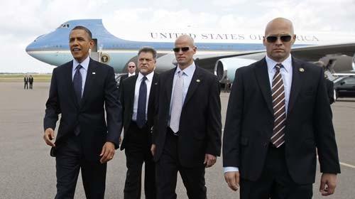 Các điệp viên Sở Mật vụ mặc vét, đeo kính đen tháp tùng Tổng thống Barack Obama - Ảnh: Reuters