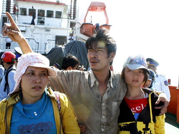 Thuyền trưởng Phạm Văn Mãn bên vợ con