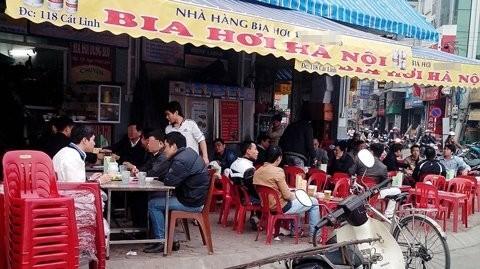 Các quán nhậu luôn tấp nập khách. Có người ngày nào cũng nhậu, đưa một lượng lớn bia rượu, đồ nhậu vào cơ thể - Ảnh: VietNamNet