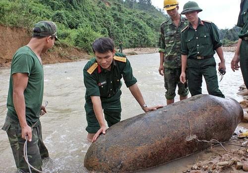 Ban Công binh Bộ chỉ huy Quân sự tỉnh Thừa Thiên - Huế thu gom và đưa đi phá hủy quả bom nặng 2.000 cân Anh tại xã Hồng Kim, huyện A Lưới