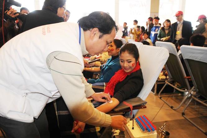 Hoa hậu Ngọc Hân cùng 500 cặp tình nhân hiến máu - ảnh 1
