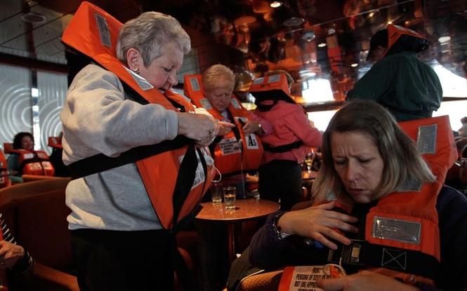 Hành khách được chuẩn bị áo phao đề phòng trường hợp khẩn cấp.