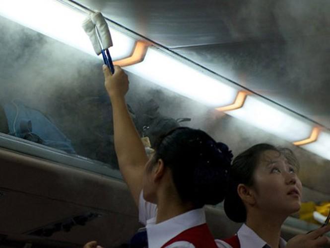 Khi khói nhiều hơn, các chiêu đãi viên dùng quạt tay xua bớt, không để hành khách cảm thấy khó chịu
