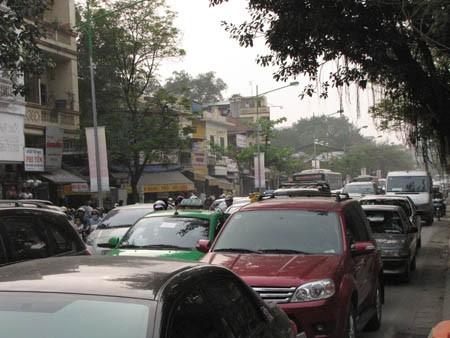 Vụ cháy xảy ra khiến giao thông trên đường Nguyễn Thái Học ách tắc trầm trọng suốt từ hiện trường vụ cháy đến khu vực Bến xe Kim Mã