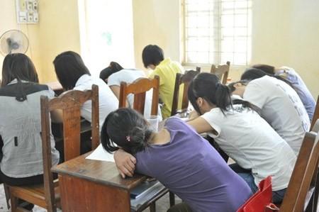 Sinh viên hồn nhiên ngủ trên giảng đường
