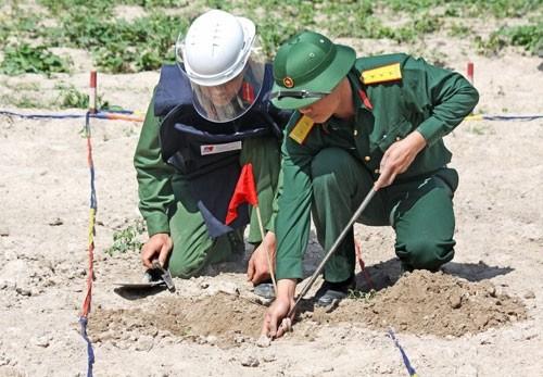 Trung tâm Công nghệ xử lý bom mìn Binh chủng Công binh tiến hành rà phá bom, mìn, vật nổ tại tỉnh Quảng Nam
