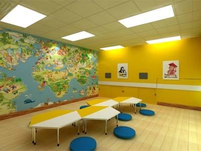 Phòng học dành cho thiếu nhi được trang trí nhiều màu sắc và hình ảnh sinh động