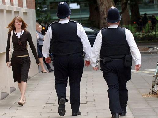 Sĩ quan cảnh sát Anh tuần tra trên đường phố