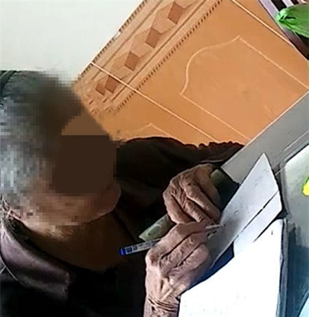 Ngạc nhiên khi một cụ bà tóc đã bạc, nhưng vẫn kiêm chân             kế toán sổ sách tính tiền cho