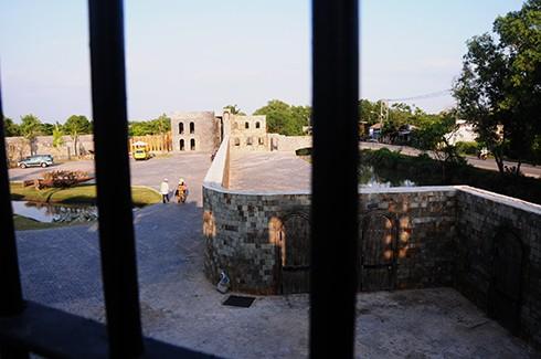 Bên ngoài được bao bọc bởi bức tường thành kiên cố xây bằng đá cuội chắc chắn