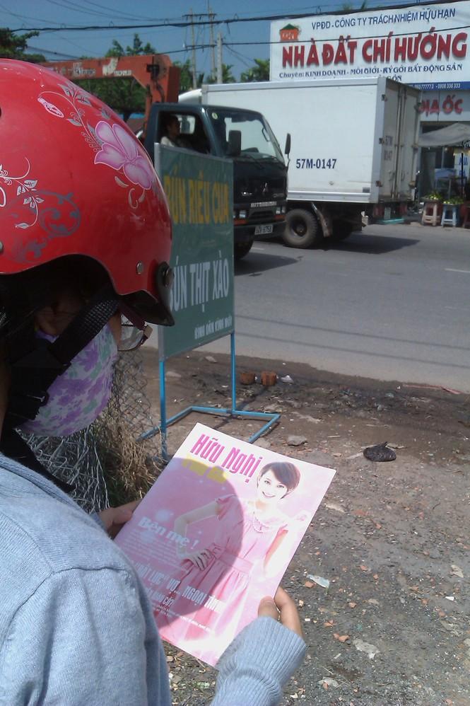 Phòng khám Trung Nam lại phát tạp chí trên QL 50 ngày 30-9. Ảnh: L.N