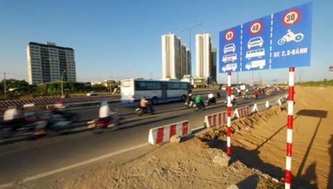 Biển báo tốc độ xa lộ Hà Nội đoạn ngã ba Cát Lái quy định tốc độ 50-40-30 km/giờ dù đường rất rộng - Ảnh: Hoàng Thạch Vân