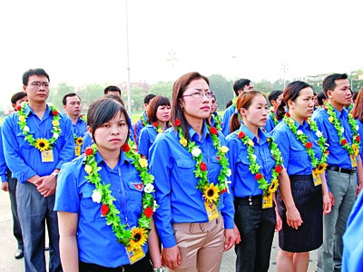 Từ trái sang là chị Sùng Thị Dợ,             Trần Khánh Thu, Triệu Thị Bưu