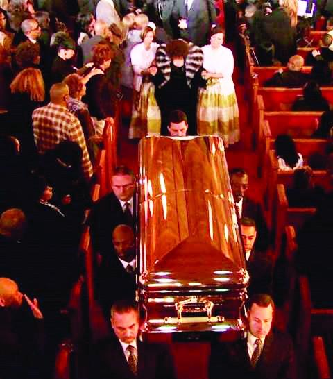 Tang lễ trang trọng của Whitney Houston (bà Cissy Houston theo sau có 2 người dìu). Ảnh: Bittenandbound