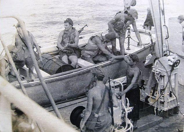 1979, phục vụ chiến đấu tại Biển Đông, công tác chuẩn bị hoàn thiện bài tập chiến đấu chống biệt kích và phương tiện lặn ngầm ПДСС, thùng phuy - bia tập bắn cho vũ khí bộ binh (lưu trữ của trung sỹ hải quân về hưu Оvsiankin V.А.)