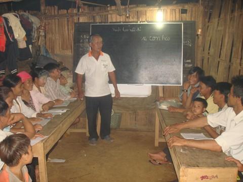 Lớp học tạm bợ nhưng đông chật học sinh
