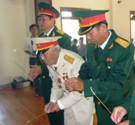 Người lính 91 tuổi Tô Văn Cắm thành kính dâng nén tâm nhang lên người Anh Cả kính yêu. Ảnh: Người Lao Động