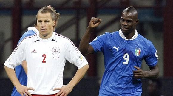 Balotelli (phải) là nhân tố giúp Azzurri tới Brazil vào mùa Hè năm sau