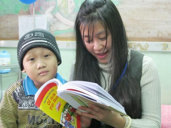 Không xuống lớp học được, bệnh nhi được tình nguyện viên lên tận giường bệnh đọc truyện cho nghe
