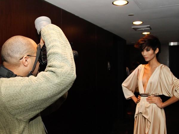 Hoàng Thùy thu hút các ống kính nhờ vẻ đẹp cá tính, mạnh mẽ