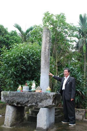 Cột đá thông thiên và bàn đá thề