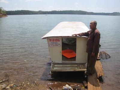 Ông Hoan bên chiếc thuyền kiếm sống ở Biển Hồ