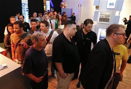 Hàng người đứng chờ mua Galaxy S3 tại cửa hàng bán lẻ ở Berlin