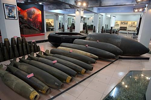 Những quả bom khác nằm cạnh bom phát quang 12000LBS được sắp xếp theo hình