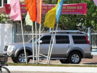 Xe của cơ quan điều tra rời trụ sở Sở LĐ-TB&XH Cà Mau khi bắt tạm giam ông Tâm