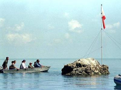 Một nhóm lãnh đạo quốc hội và hải quân Philippines bơi thuyền tới bãi cạn Scarborough. Ảnh: Erik de Castro