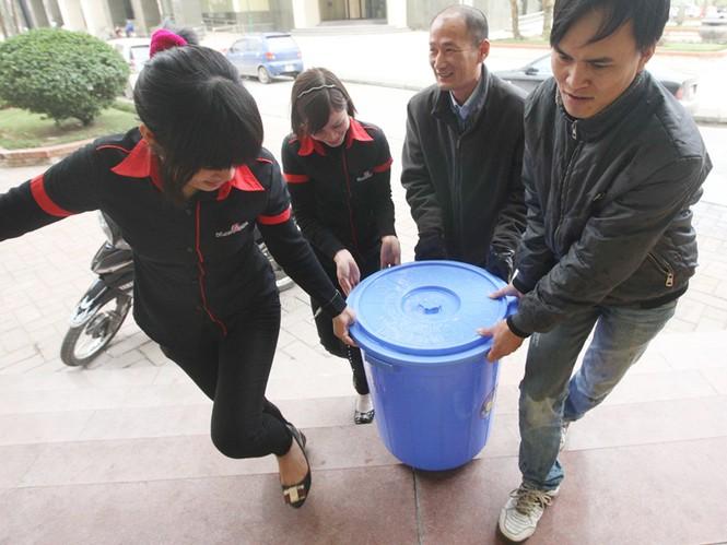 Dân lao đao vì mất nước             Ảnh: Việt Hưng