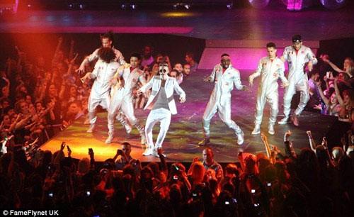 Justin Bieber suýt ngất xỉu trên sân khấu - ảnh 1