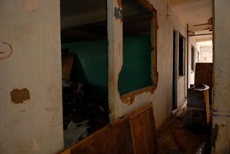 TPHCM: Chung cư chờ sập hoang tàn đáng sợ - ảnh 9