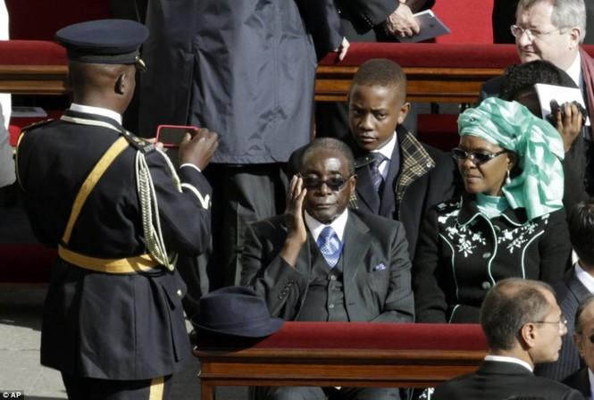 Tổng thống Zimbabwe Robert Mugabe có mặt tại buổi lễ nhậm chức của Giáo hoàng Francis