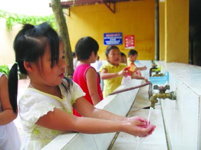 Năm nay, Sở GD&ĐT Hà Nội không cho phép các trường thu tiền vệ sinh của phụ huynh học sinh (Trong ảnh: Học sinh trường Tiểu học Trung Tự, Hà Nội)